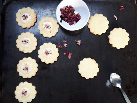 Biscotti di pasta sablèe ai petali di Rosa