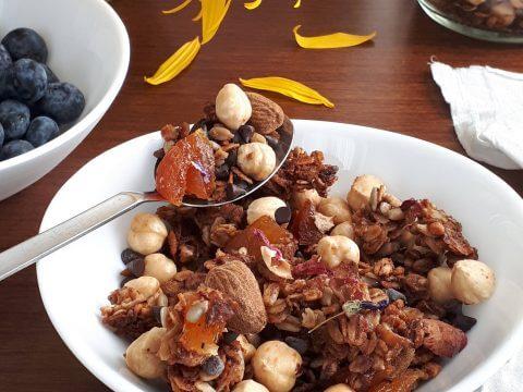 Granola fiorita a colazione